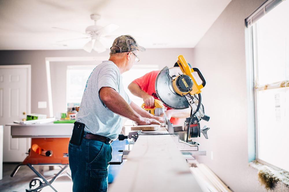 Hvordan kan en tømrer hjælpe mig med renovering af min bolig?